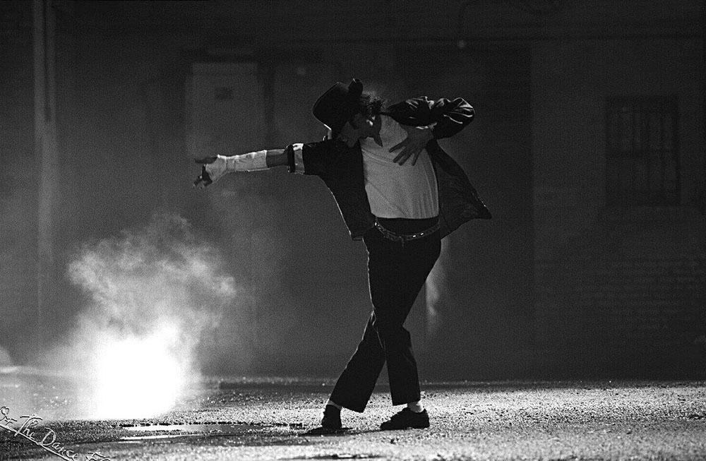 Майкл Джексон танцює