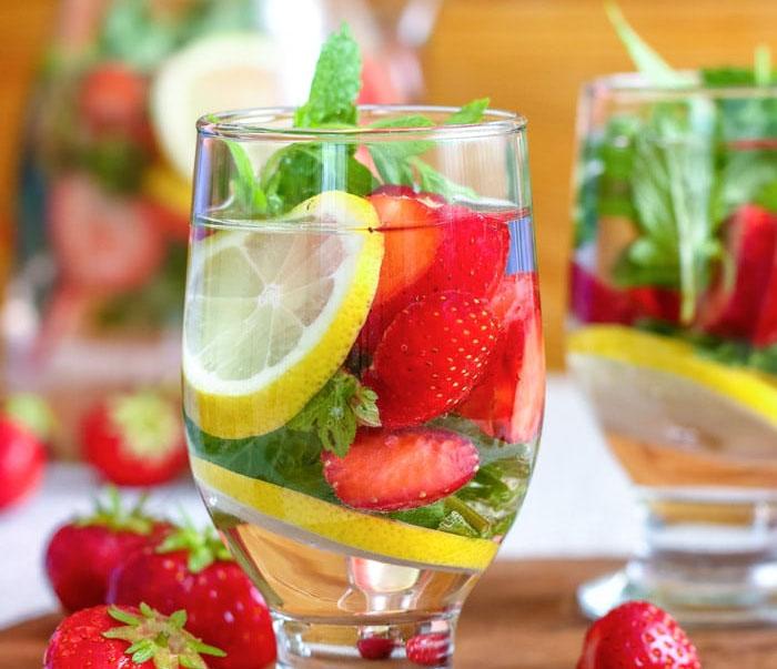 Вода з лимоном і полуницею