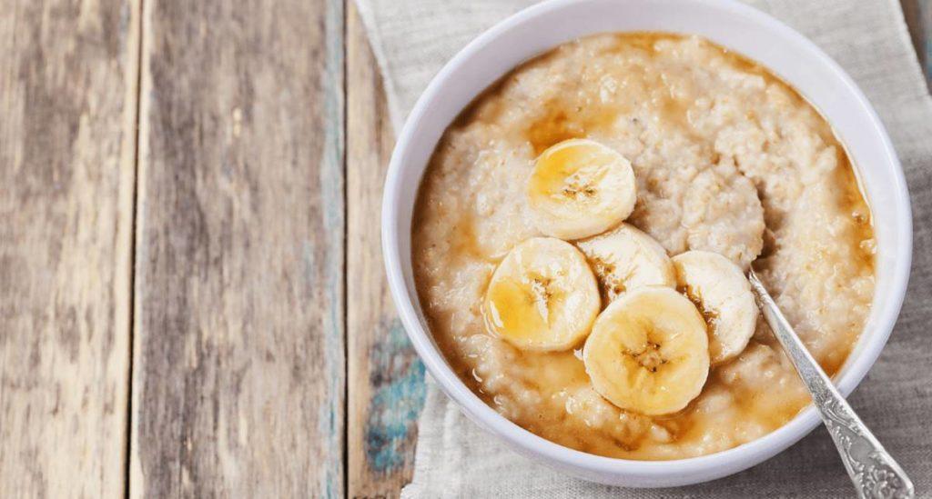 Овсянка с медом и бананами на завтрак