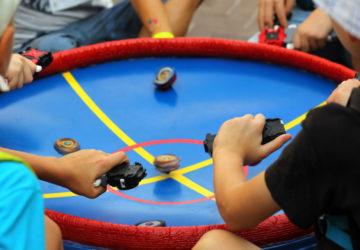 Діти грають в Бейблейд