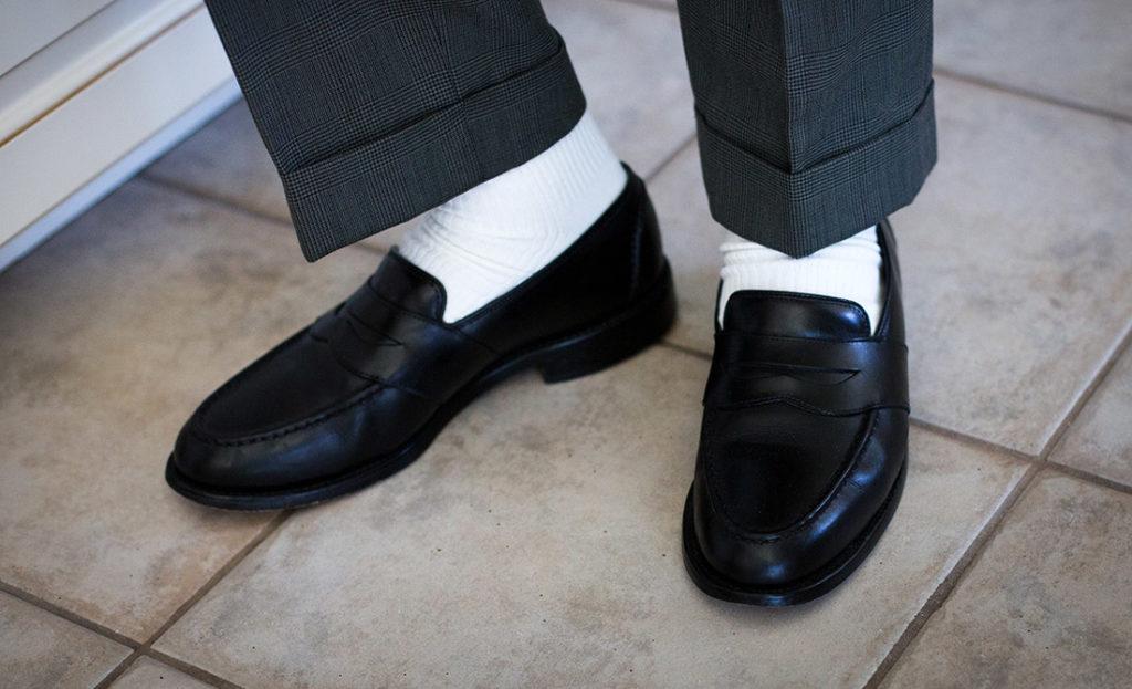 Чорні туфлі і білі шкарпетки