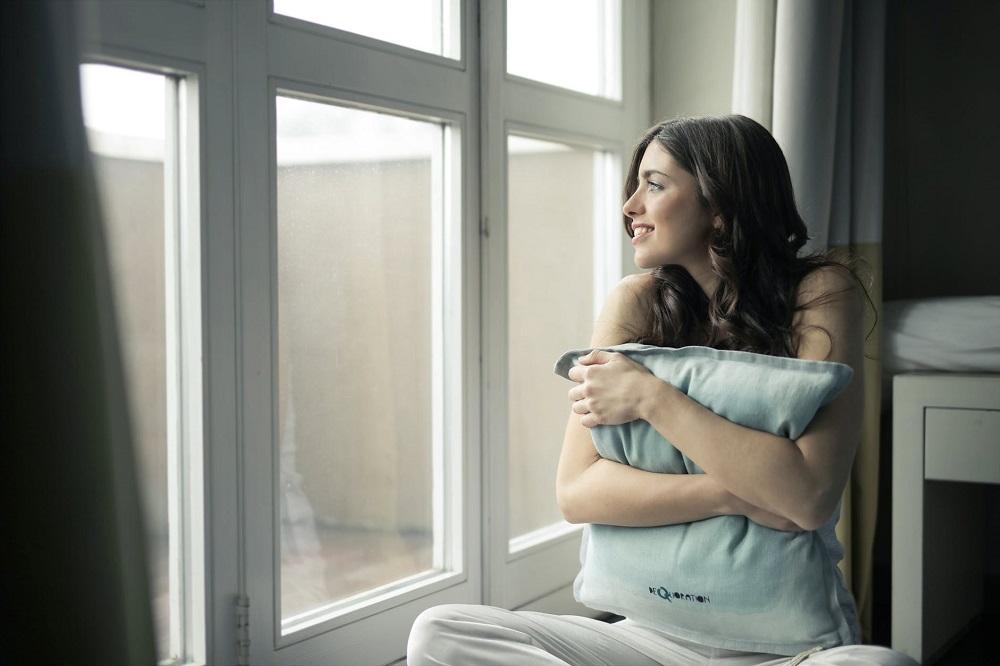 Фото портрет біля вікна