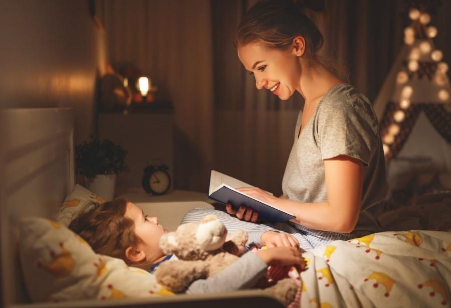 Читання дитині книжки перед сном