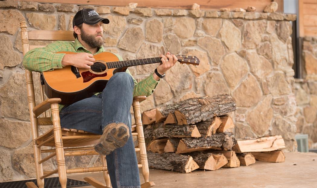 Чоловік грає на гітарі