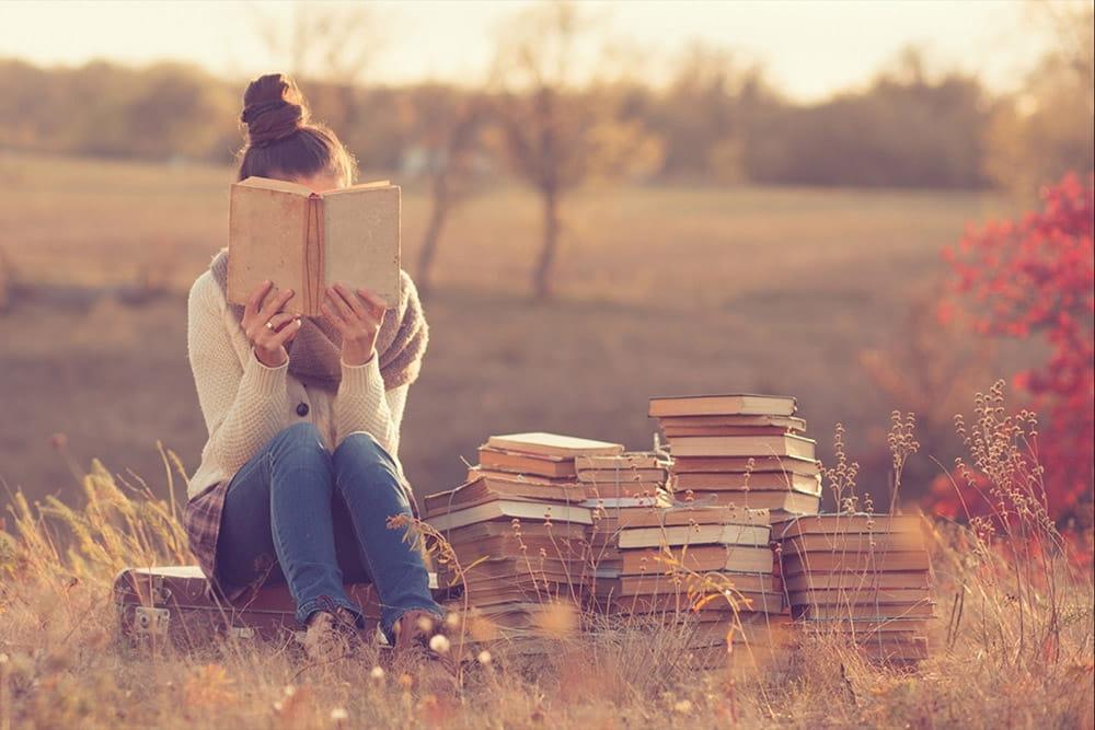 Інтроверт читає книжку