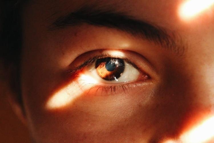 Карі очі в людини