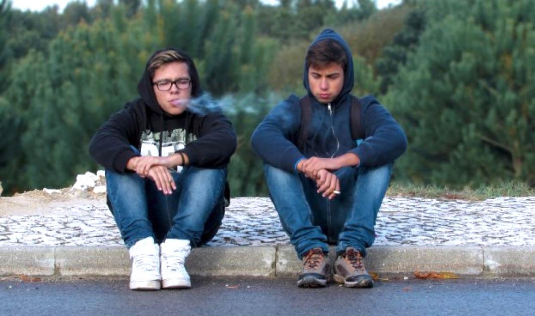 Чому підлітки починають курити