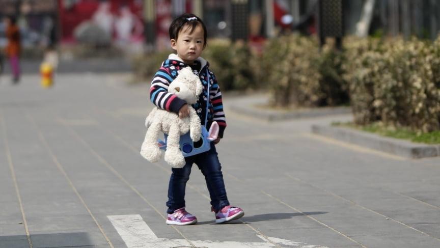 Самотня дитина на вулиці