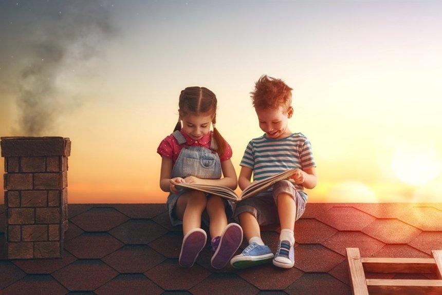 Діти читають книжки