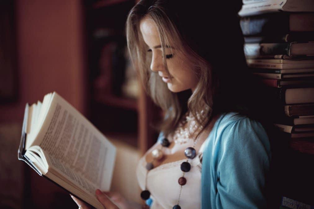 Фото з книжкою вдома