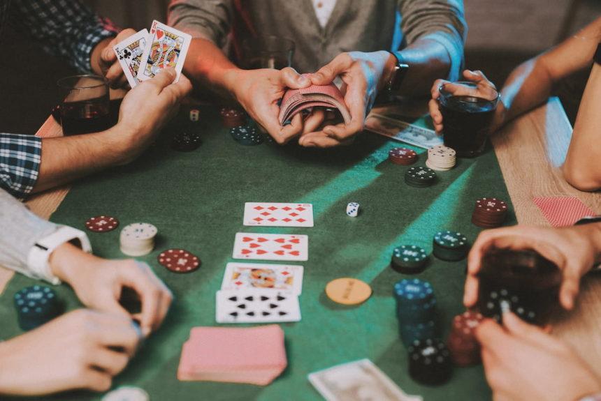 Гра в покер за столом